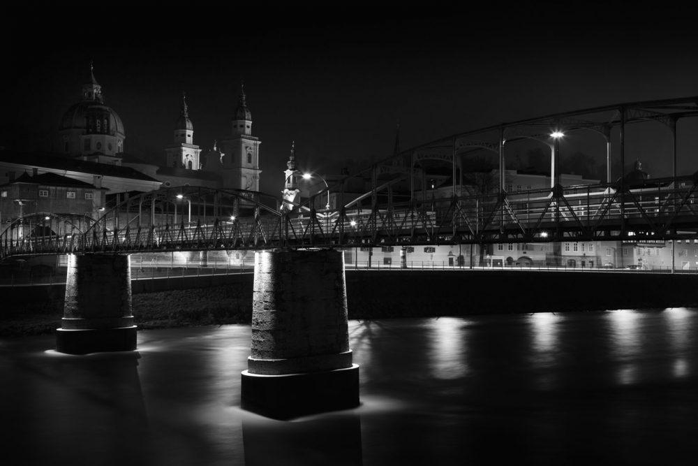 Mozartsteg at night